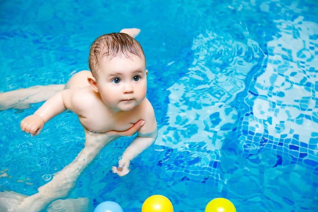 Грудничковое плавание – дома в ванной или в бассейне, плюсы и минусы