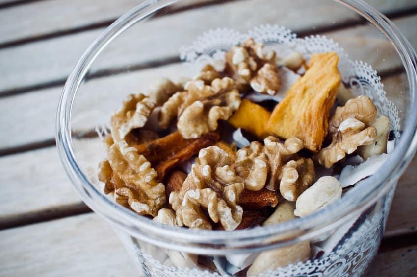 Можно ли детям орехи и семечки? С какого возраста можно давать орехи детям