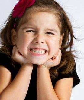 Ребенок скрипит зубами во сне: причины. Скрипит днем