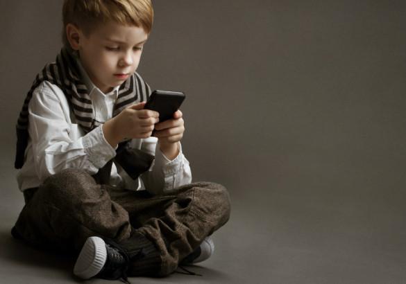 Ребенок играет в телефон и другие гаджеты. Игровая зависимость у детей