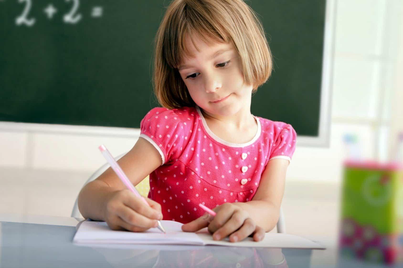 Картинка девочка учит уроки для детей