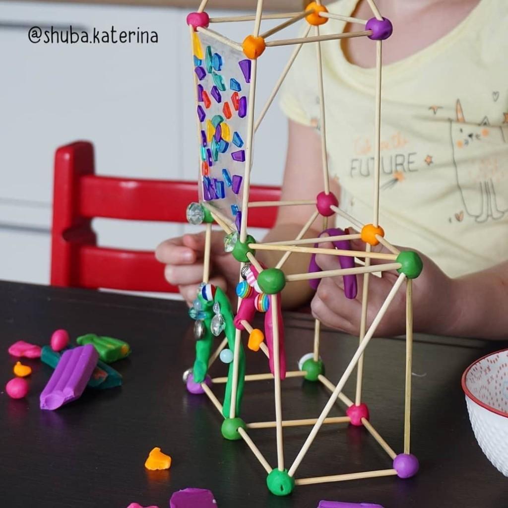 Zamok_v_duhe_Gaudi__detskaya_podelka_konstruktor