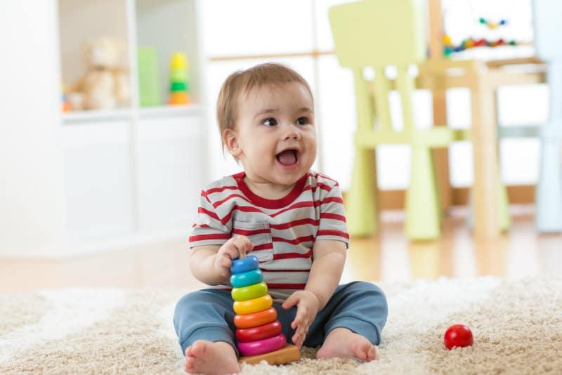 Ребенок играет с пирамидкой картинка